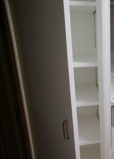 洗面室への扉がある為、キッチンの背面に十分な収納スペースがとれません!そこで、対面キッチンの並びに収納庫(パントリー)を造りました。中の棚は置く物の高さによって変えられるのでとても便利です!